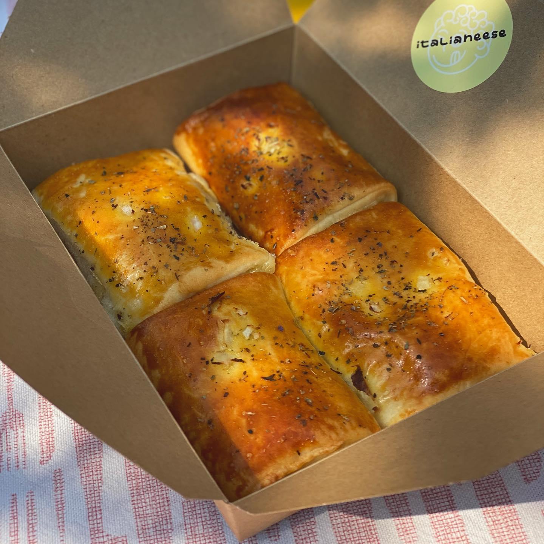 Italianeese box with four pastries